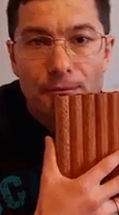пан флейта возле края нижней губы